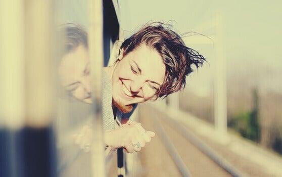 Mulher em janela de trem