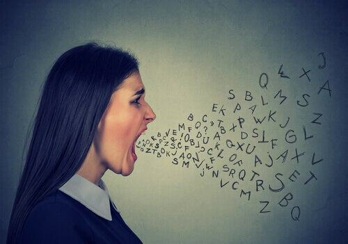 Mulher falando demais sem pensar