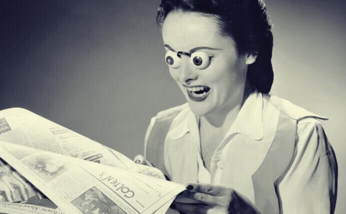 Mulher lendo jornal com óculos engraçado