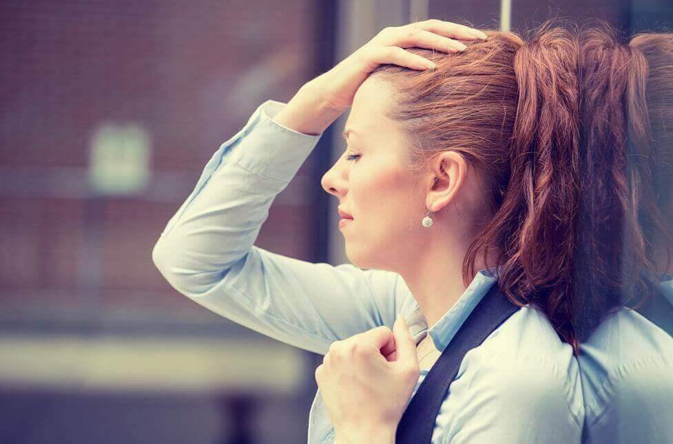 Mulher esgotada no trabalho