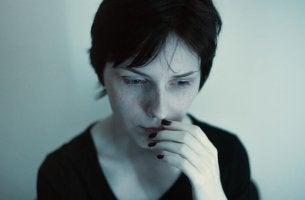 Mulher com transtorno de somatização