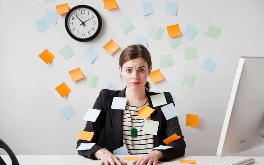 Mulher cheia de tarefas no trabalho