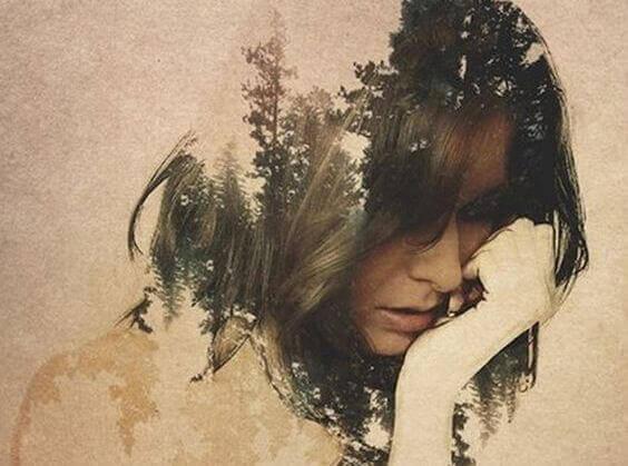 Mulher com floresta nos cabelos