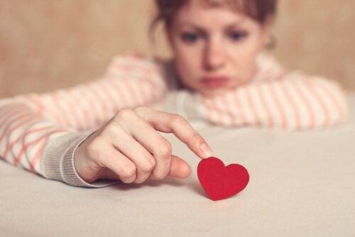 Mulher brincando com coração