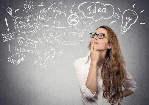 Mulher pensando em suas ideias