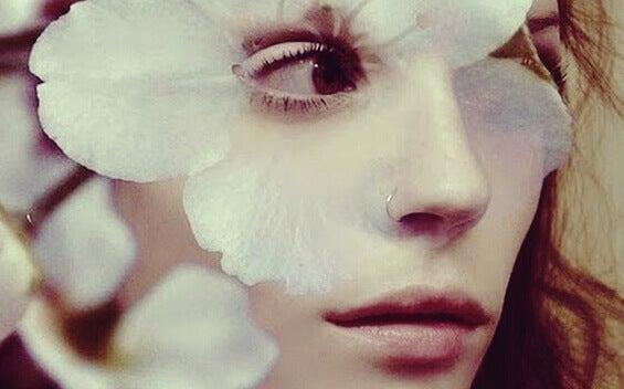 Mulher com flor no olho