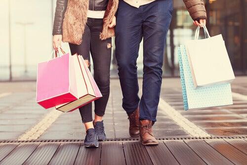 Casal segurando sacolas de compras