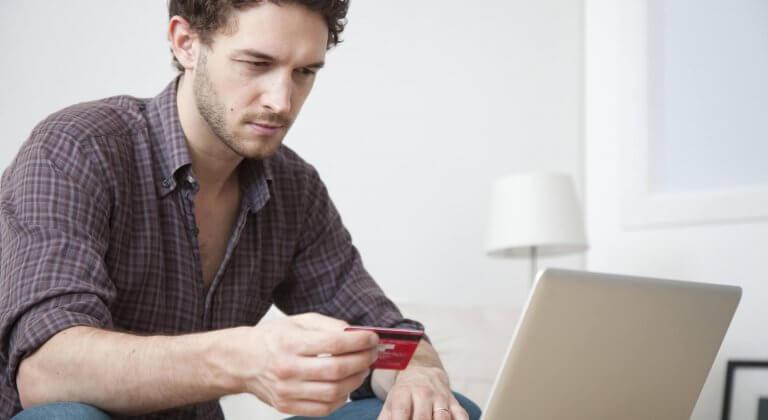 Homem fazendo compras online