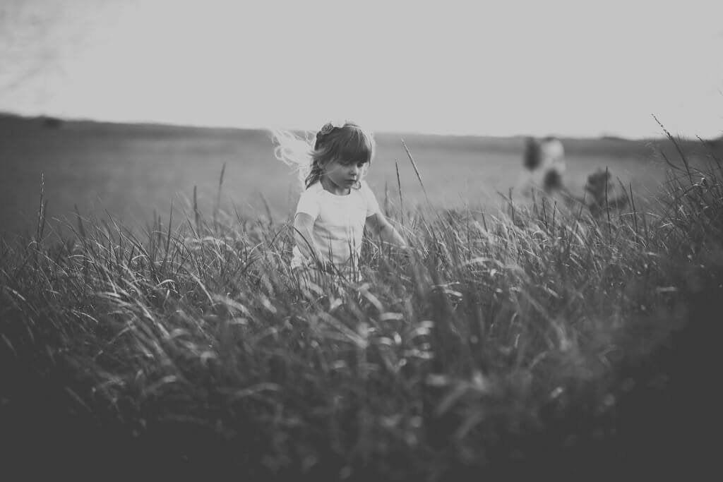 Menina em plantação