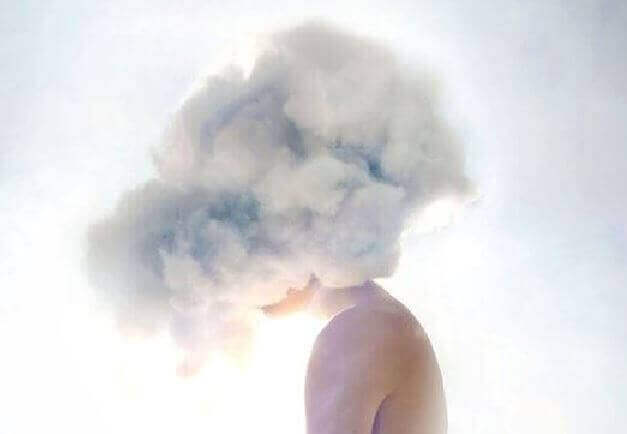 Pessoa com nuvem na cabeça