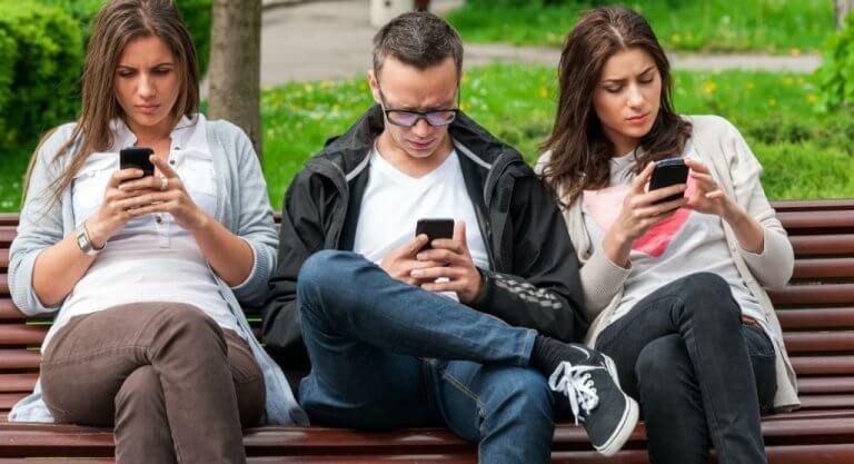 Jovens no celular