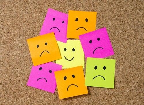 Post-its tristes em volta de um feliz