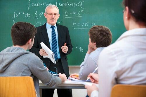 Professor dando aula para jovens