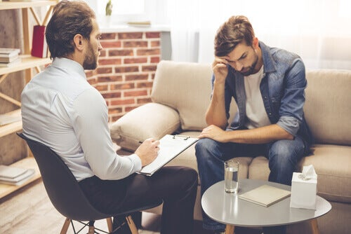 Homem em consulta com psicólogo