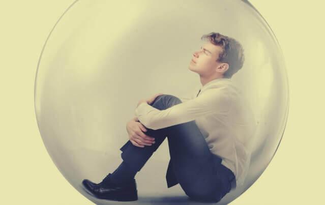Jovem sentado dentro de bolha
