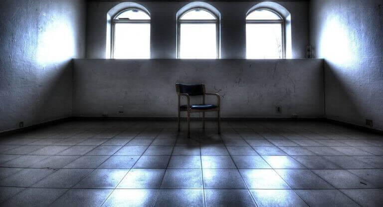 Cadeira em sala vazia