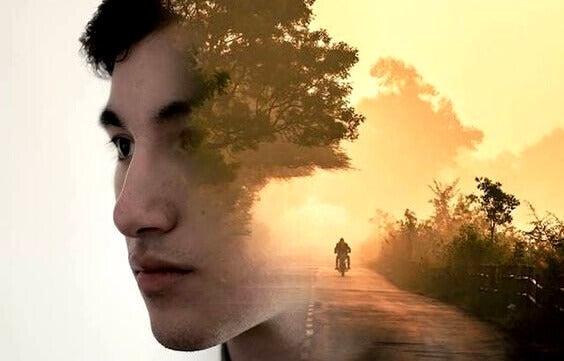 Rosto de homem e moto andando em estrada