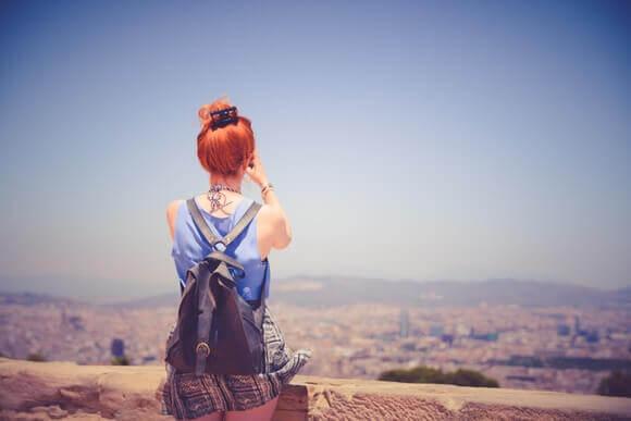 Mulher viajando e conhecendo lugares