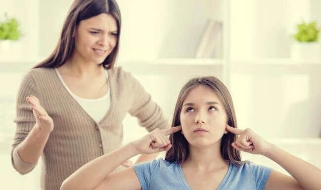Adolescente que não escuta a sua mãe