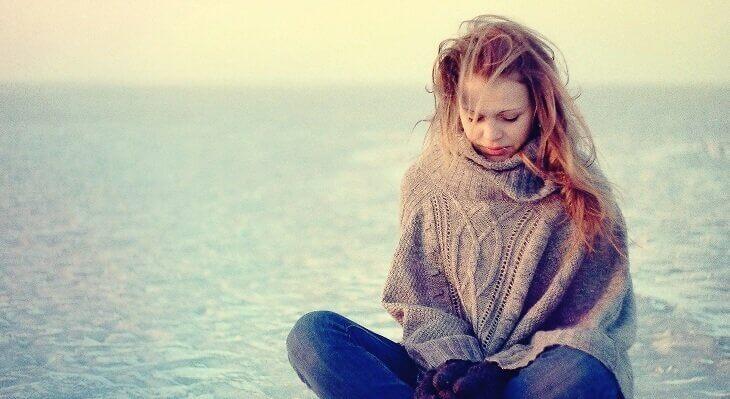 Mulher pensando em suas dificuldades na vida