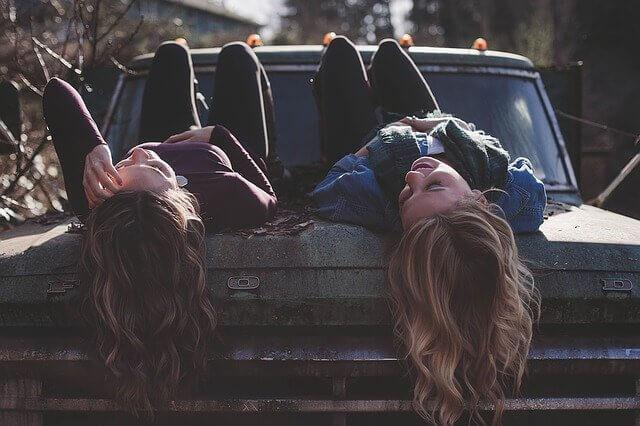 Amigas deitadas em carro