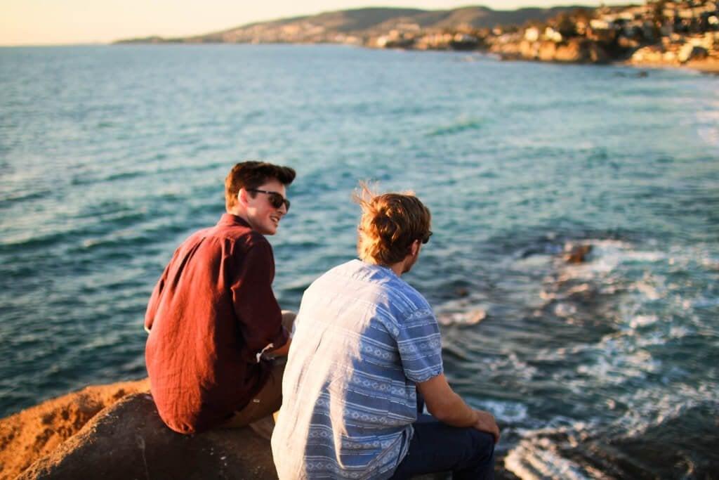 Amigos conversando diante do mar