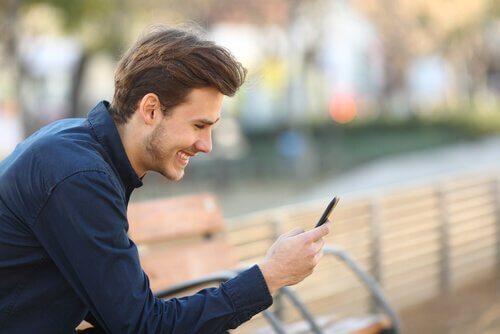 Homem usando aplicativo de paquera