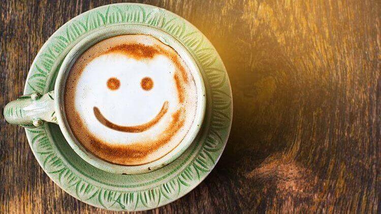 Café com carinha feliz