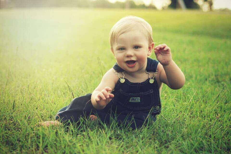 Bebê sentado na grama