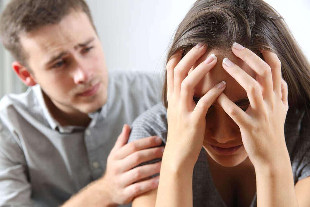 Homem consolando mulher