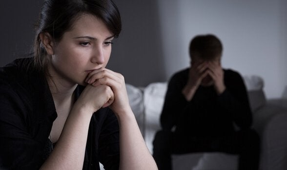 Casal enfrentando dificuldade