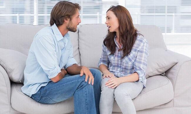 Casal conversando honestamente
