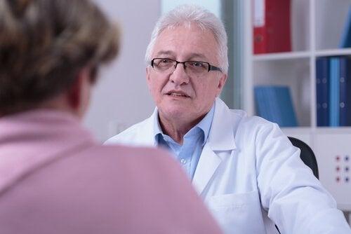 Mulher consultando médico