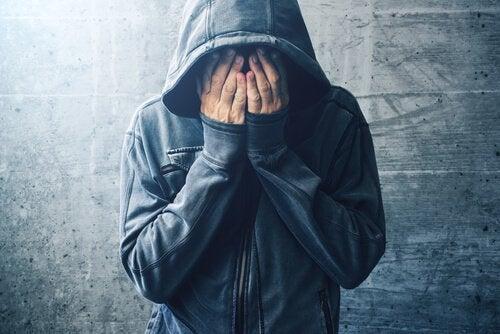 Qual é a relação entre o consumo de drogas e os transtornos mentais?