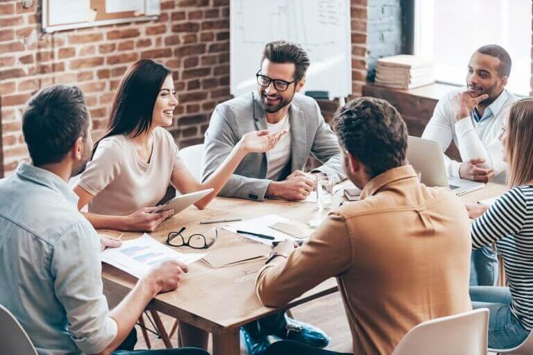 Discussão amigável e produtiva no trabalho