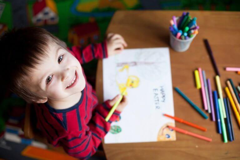 Criança feliz desenhando