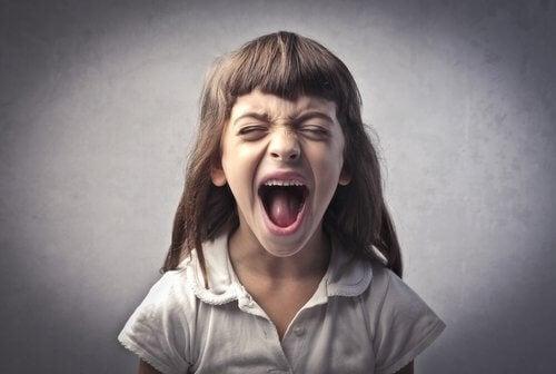 Menina pequena gritando
