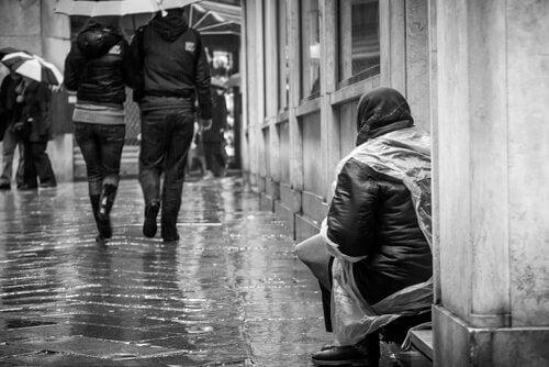 Pessoa sentada sozinha na rua