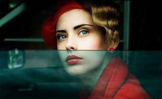 Mulher olhando pela janela do carro