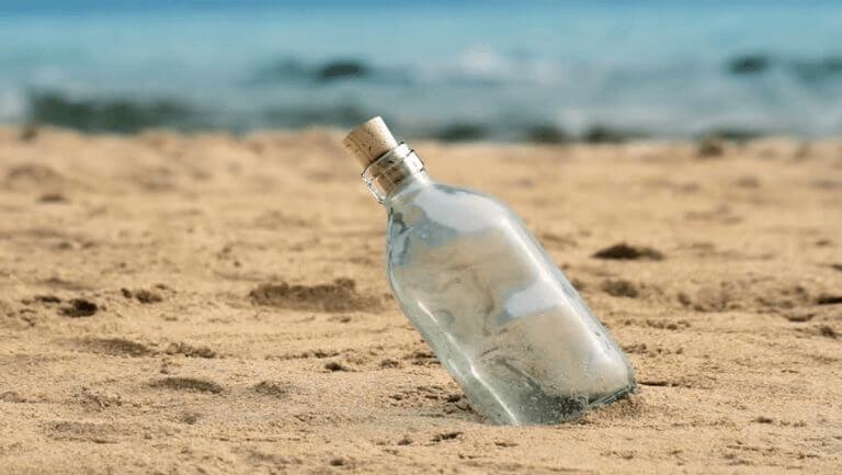 Garrafa de vidro na areia