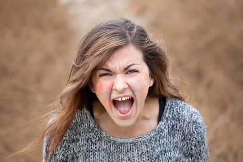 Mulher gritando com raiva