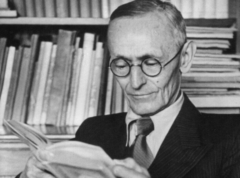 Hermann Hesse lendo um livro