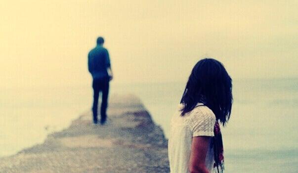 Homem e mulher se distanciando