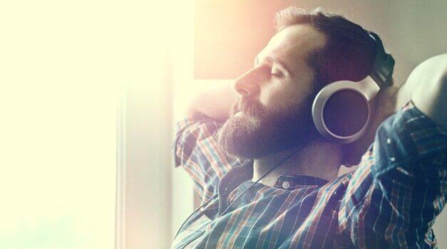 Homem ouvindo música relaxante