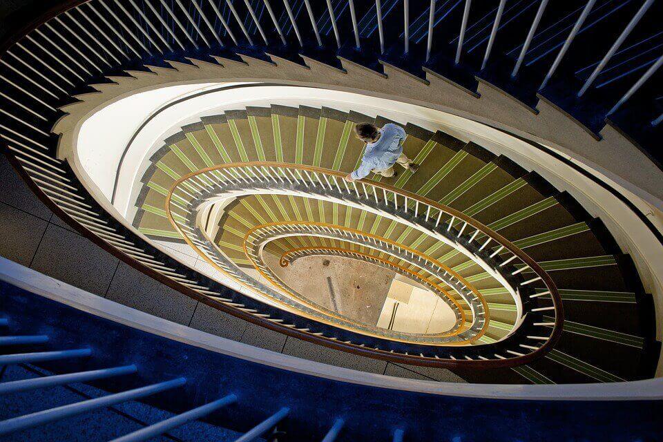 Homem descendo escadas