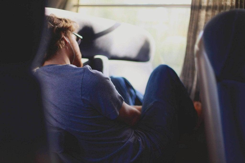 Homem com sono dormindo sentado