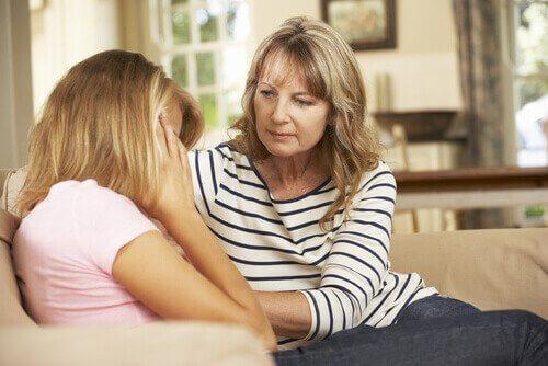 Mãe consolando sua filha adolescente