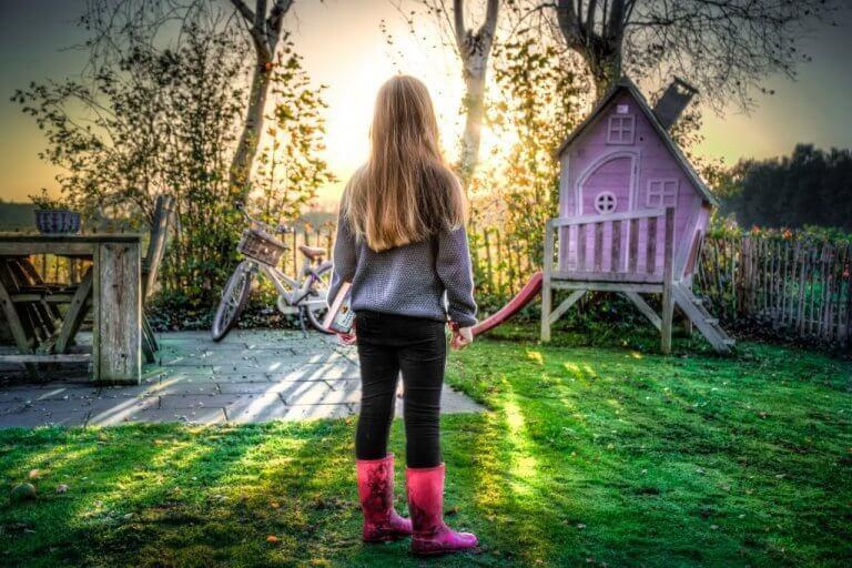 Menina brincando no jardim