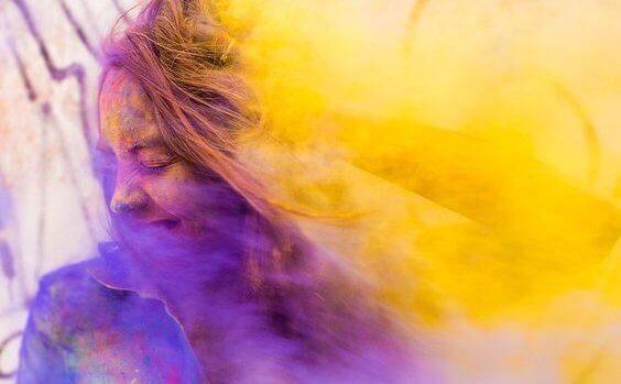 Mulher com pó colorido