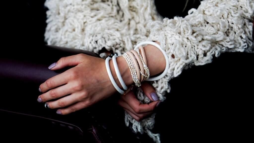A menina das pulseiras no pulso